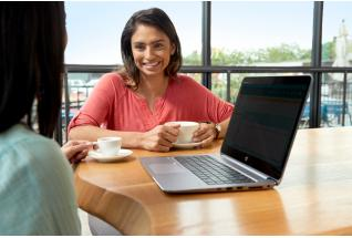 Women using HP EliteBook 1040 with Sure View
